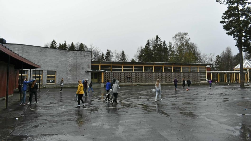 SKAL UNDERSØKE NESTE UKE: Onsdag denne uken ble det oppdaget fuktighet  i noen av takplatene i korridoren i paviljong to på Sofiemyr skole.