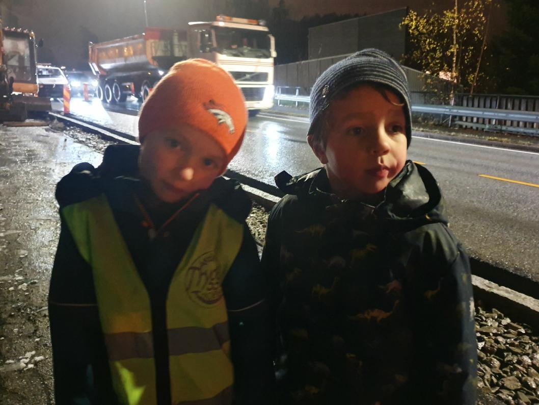 BESTEVENNER: Abel (5) og Jon (6) bor på hver sin side av Sønsterudveien.