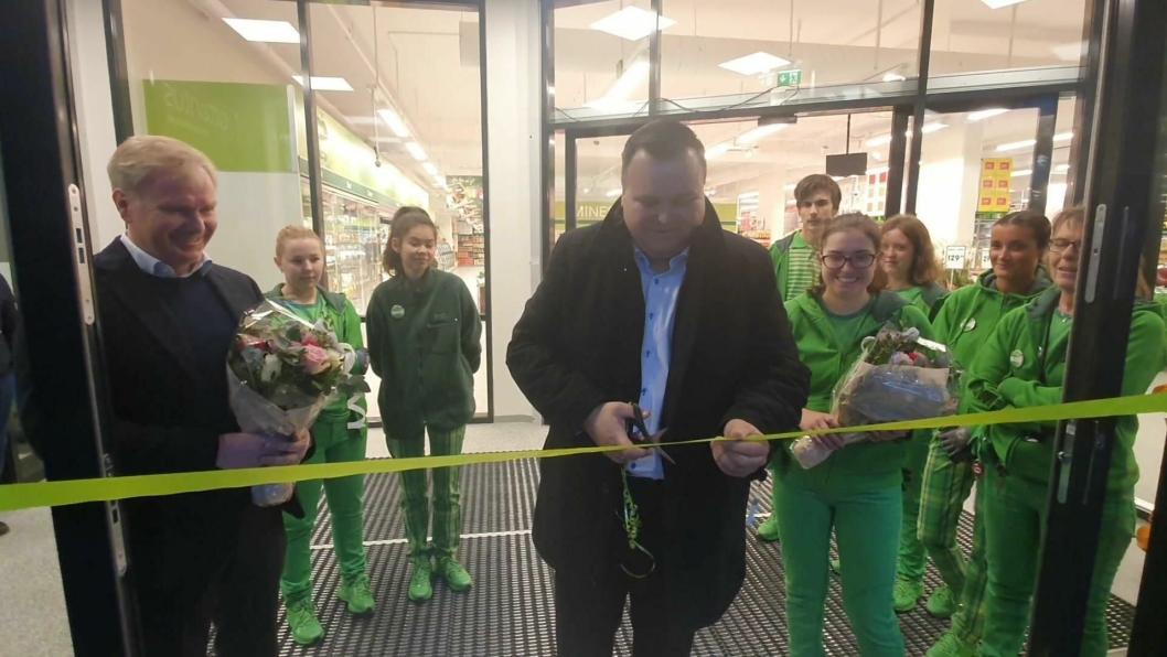 KLIPPET SNOREN: Ordfører Thomas Sjøvold har klippet snoren og åpnet den nye Kiwi-butikken på Myrvoll torsdag 21. november. Foto: Yana Stubberudlien