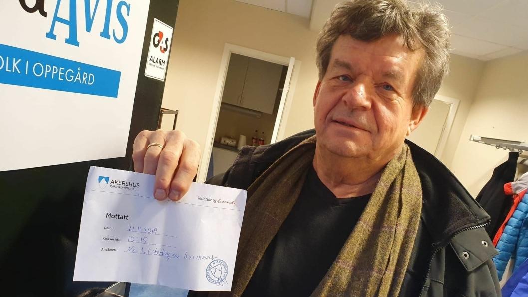 607 UNDERSKRIFTER: – Nå har jeg levert inn 607 underskrifter til fylkeskommunen også, sier Eirik Storjordet mens han viser oss en kvittering på dette.