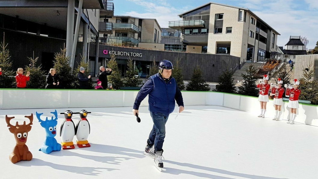 BLE INNVIET MED BRASK OG BRAM: Skøytebanen på Jan Baalsruds plass ble offisielt åpnet av ordfører Thomas Sjøvold lørdag 2. mars.