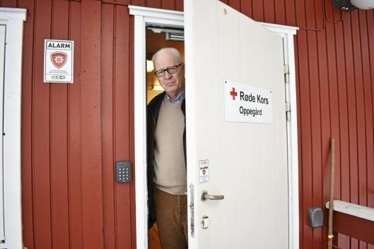 TAKKNEMLIG: Dag Johnsrud i Oppegård Røde Kors er veldig glad for at Kolbotn Klær har valgt å gi deler av overskuddet sitt til dem.