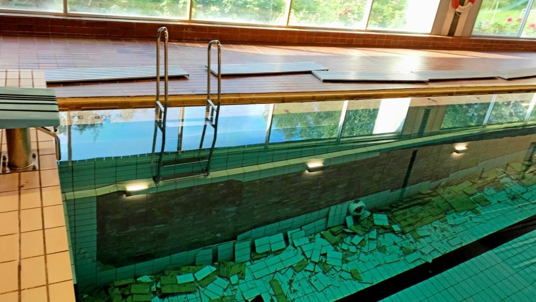 SLIK SÅ DET UT: Skadene er på begge sider av bassenget og ble oppdaget ved en rutinemessig sjekk fredag 26. juli. Nå er bassenget tappet ned og reparasjonsarbeidet er godt i gang.