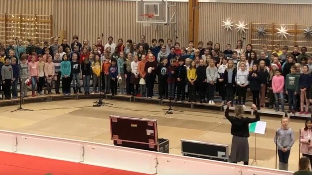 SYNGER JULEN INN: Tradisjonen tro skal Greverud skole også i år omskape idrettshallen til et konsertlokale og gi hele lokalmiljøet en god dose julestemning.