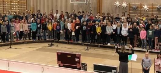 600 elever synger julen inn