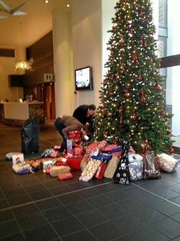 GAVER TIL ALLE: I fjor var det over 300 gaver som ble lagt under treet på hotellet på Mastemyr.