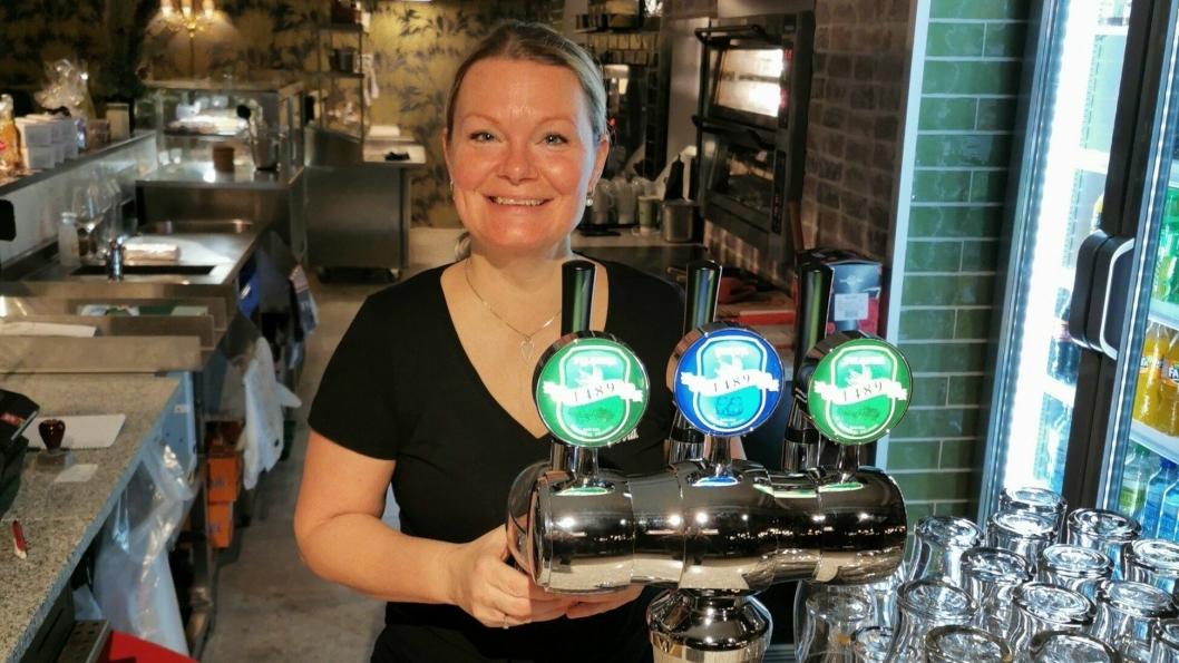 FIKK BEVILLING: Lene Wiik hos Piece of Cake er klar til å tappe øl for de som møtte ønske det.
