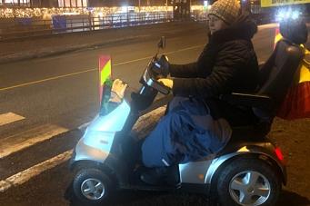 Måtte kjøre med rullestol i bilfeltet