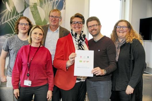 SEKS SAMARBEIDSPARTIER: Flertallskonstellasjonen signerte samarbeidsavtalen i fjor høst. På bildet kan du se Tor Anders Østby (Sp), Simen Bondevik (KrF), Camilla Hille (V), Hanne Opdan (Ap), Hans Martin Enger (MDG) og Elin Skifjell (SV).