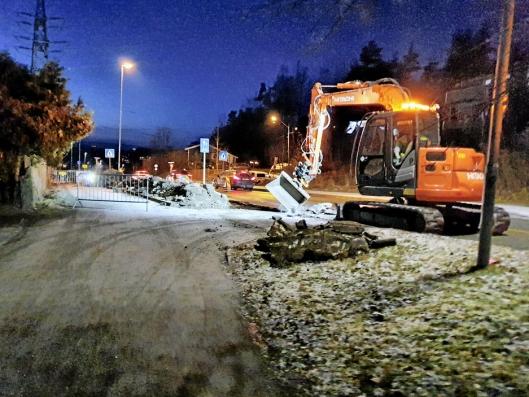 BYTTER KANTSTEIN: Veiarbeidene i Sønsterudveien startet i begynnelsen av november 2019 og skal avsluttes fredag 24. januar, ifølge skiltingen.