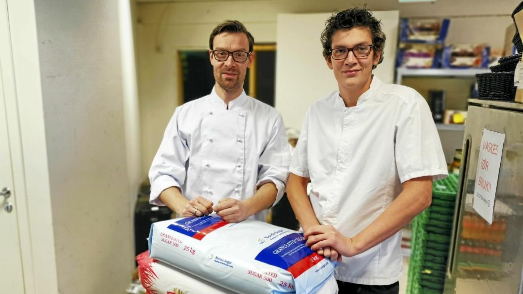 Daglig leder Tom Østby (t.v.) og kjøkkensjef Kjetil Strand Danielsen er klare for ny sesong med kanelboller. Mel og sukker står klart i lokalene til årets første bolle-bonanza på fredag.
