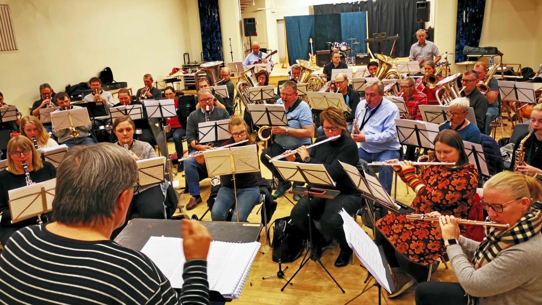 ØVER: Med stødig hånd teller dirigent Bjørn Morten Kjærnes opp. Oppegård Janitsjar er klare for nyttårskonsert igjen.