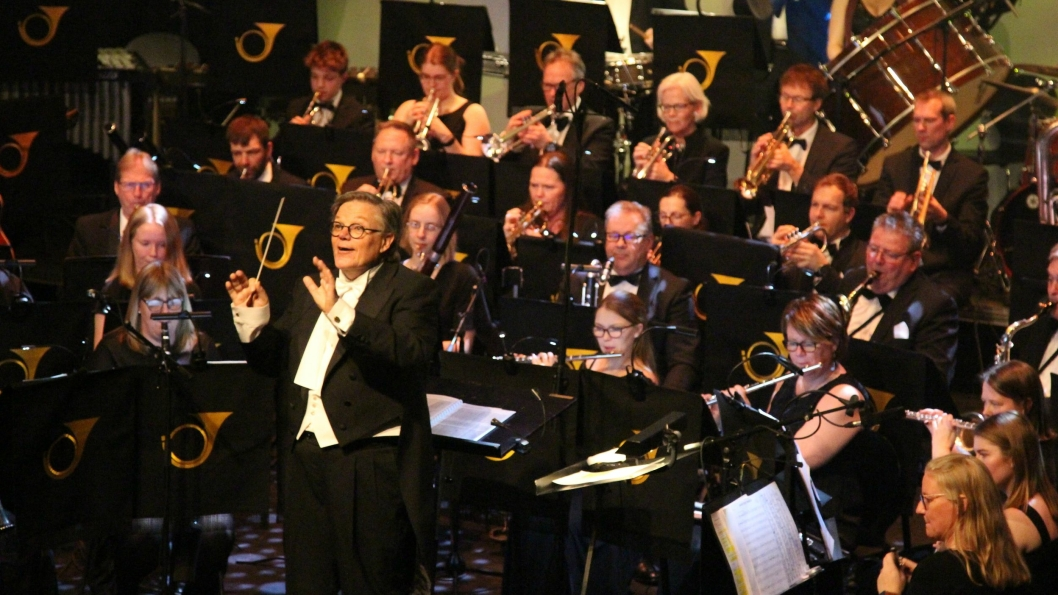 TAKTFAST: Dirigent Bjørn Morten Kjærnes har full kontroll når kjente og kjære Radetzky  March spilles med klappe-hjelp fra publikum.