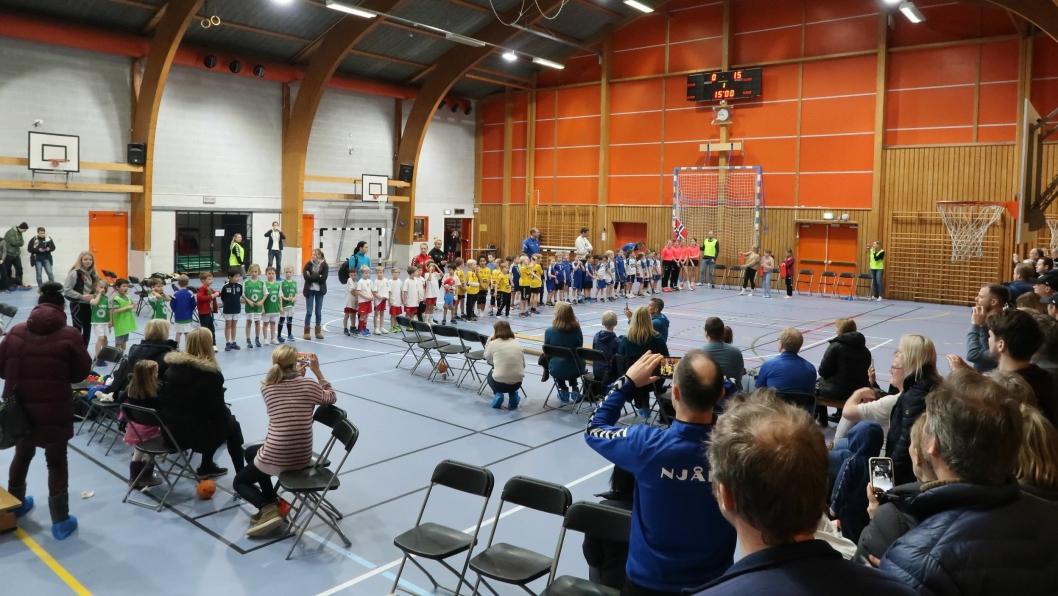 PREMIEUTDELING: Mange store glis og mange stolte foreldre når medaljene deles ut etter vel overstått cup.