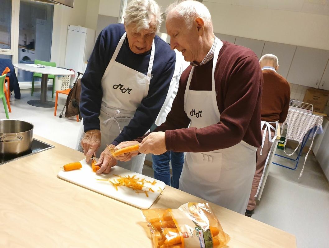 SKRELLER GULRØTTER: Det er lettere å lage mat når det gjøres i samarbeid med flere.