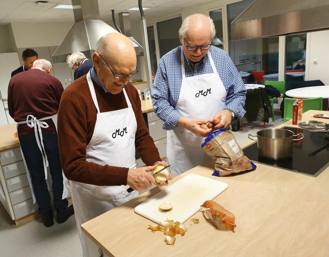 TO HERRER PÅ KOKKEKURS: Oddbjørn Skredderberget og Wilhelm Forland fra Kolbotn koser seg med å kokkelere på skolekjøkkenet.