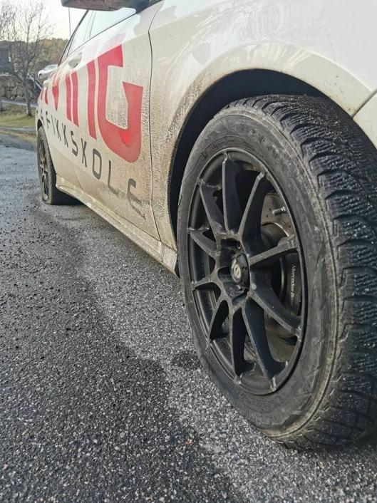 FLATT: Flate dekk etter noen punkterte de med en skarp gjenstand.