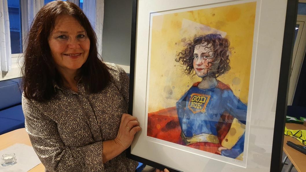 KJØPTE BILDE: Rektor Nina Sæthre ved Tårnåsen skole ble helt forelsket i Lisa Aisatos bilde «God nok». Nå skal bilde henge på skolen som en påminnelse om å være god nok.
