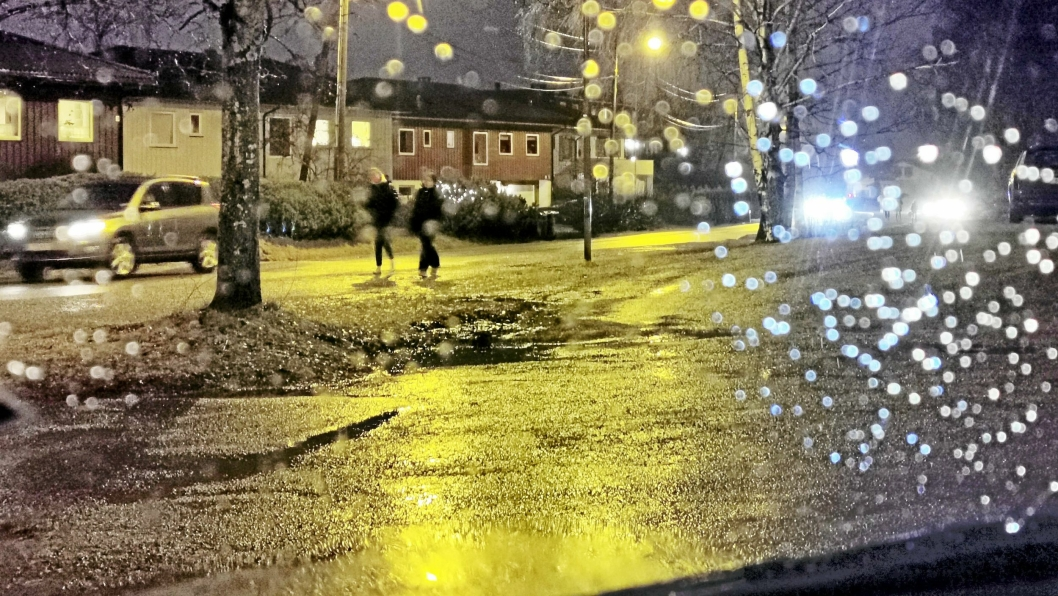 VANSKELIG Å SE: Ungdommer på vei til Fløysbonn skole sist fredag morgen. Uten refleks blir de vanskelige å se i mørket.