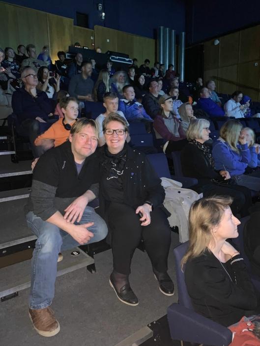 HEIAGJENGEN: Fritidsklubbleder Christian Lund og ordfører Hanne Opdan har satt seg sammen med foreldre og søsken, som var kommet for å heie under helgens e-sportturnering.