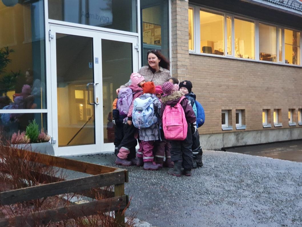 BLE OMFAVNET AV KJÆRLIGHET: Rektor Nina Sæthre gir mye varme til elevene. Dette setter de stor pris på.