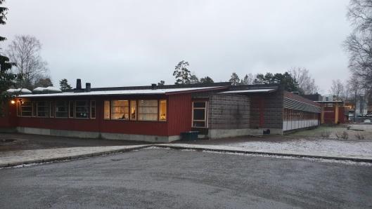 55 ÅR GAMMEL: Barneskolen er vedtatt revet, men det kommer nye og nye utsettelser.