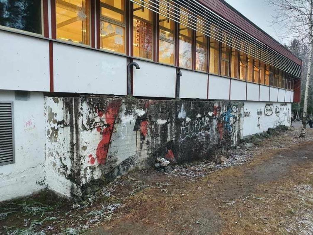 PAVILJONG FIRE: Slik ser en av de skolebygningene ut i dag. Bildet taler for seg selv, mener foresatte.