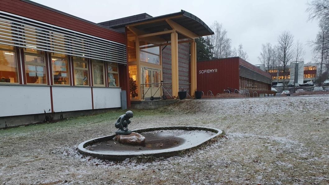 BLE PÅGREPET VED BARNESKOLEN: To rusede menn ble pågrepet av politiet ved Sofiemyr skole fredag morgen.