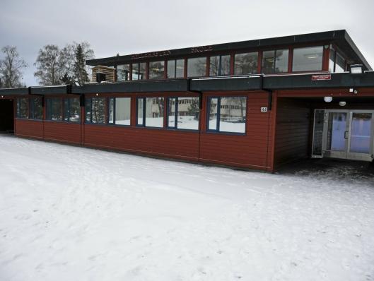 53 ÅR GAMMEL: Hellerasten skole, bygget i 1967, er vedtatt revet, men prosessen er nå utsatt, som følge av kommunestyrets vedtak fra desember i fjor.