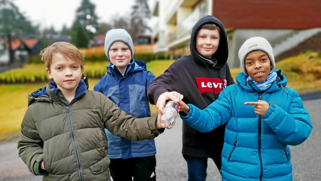 FORSIKTIG: Samuel (t.v.), Even, Nils Ole og Mohamed fikk samlet det første sprøytefunnet i en plastflaske.