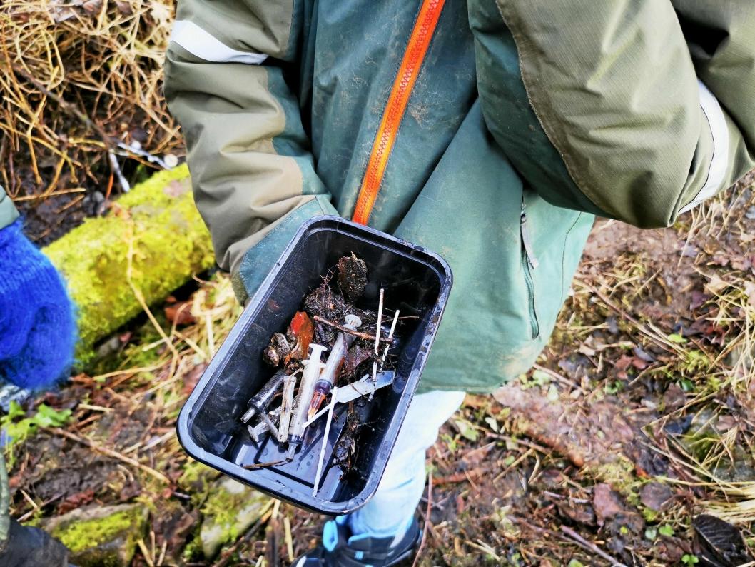 SPRØYTEFUNN: Guttene fant flere sprøtyter i skogen, og alle er nå levert til avfallshåndtering på et apotek.