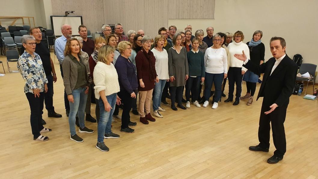 KLARE MED MUSIKALSK GAVE: KoriO med dirigent Tage Tysland hadde en øvelse på Flåtestad skole da de fikk besøk av Oppegård Avis lørdag 8. februar.