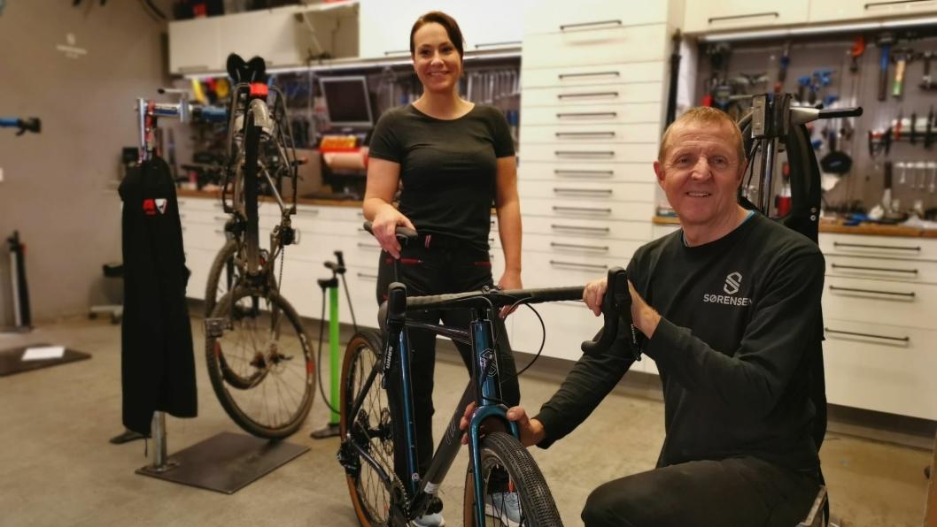 REPARASJONER:  Butikkleder Hanna Bellman og verkstedansvarlig Lorenz Tanner har nok å henge fingrene i. Sykkelsesongen har startet tidligere enn vanlig på grunn av den snøfattige vinteren.