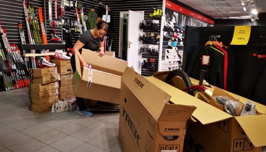 NYE VARER: Butikkleder på Sørensen Sport, Hanna Bellman, har måttet ta inn flere sykkelvarer enn vanlig på grunn av stor pågang.