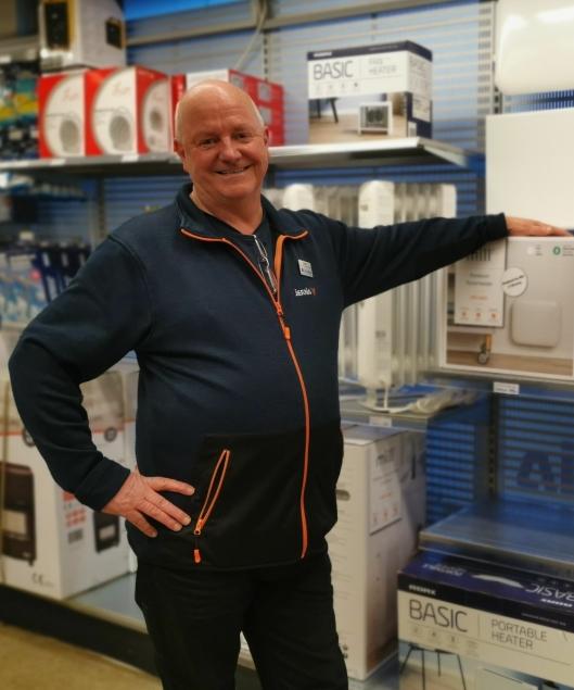 PÅ LAGER: Butikksjef på Jernia Kolbotn, Rolf Eriksen, er ikke bekymret for den manglende snøen. Han legger varmeovnene på lager til høsten.