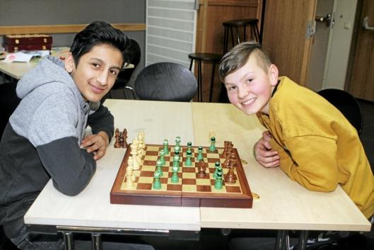 SJAKK MATT: Disse gutta koste seg med sjakk under fjorårets Kaos.