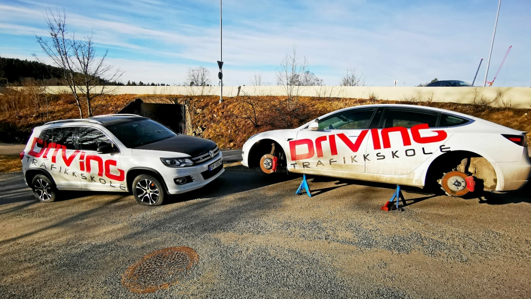 REPARASJON: Punkterte biler må igjen repareres etter at Driving Trafikkskole ble utsatt for hærverk denne uken.