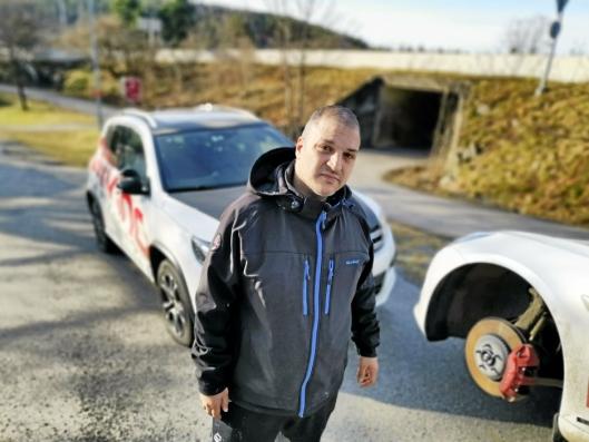 OPPGITT: Daglig leder Fahim Nael ved Driving Trafikkskole er oppgitt over det tredje hærverket siden nyttår.