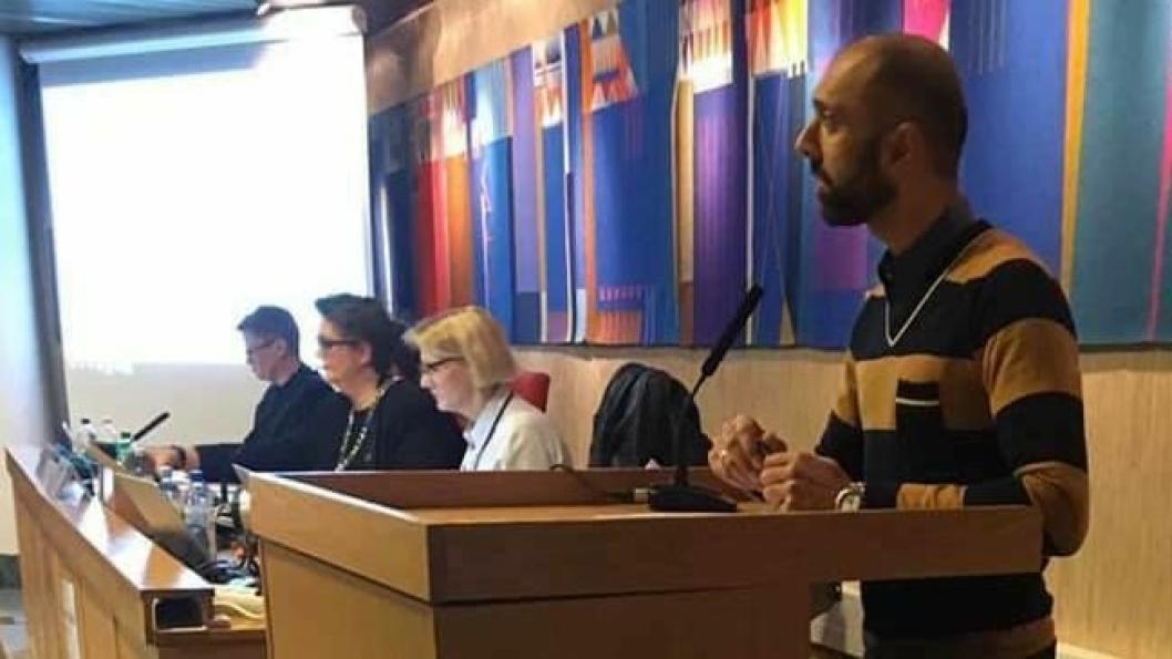 HOLDT TALE I KOMMUNESTYRET: På bildet kan du se Aje Singh Rihel på talerstolen i kommunestyret i kveld. Politikerne fikk en kort, men usminket versjon av situasjonen på Sofiemyr skole.