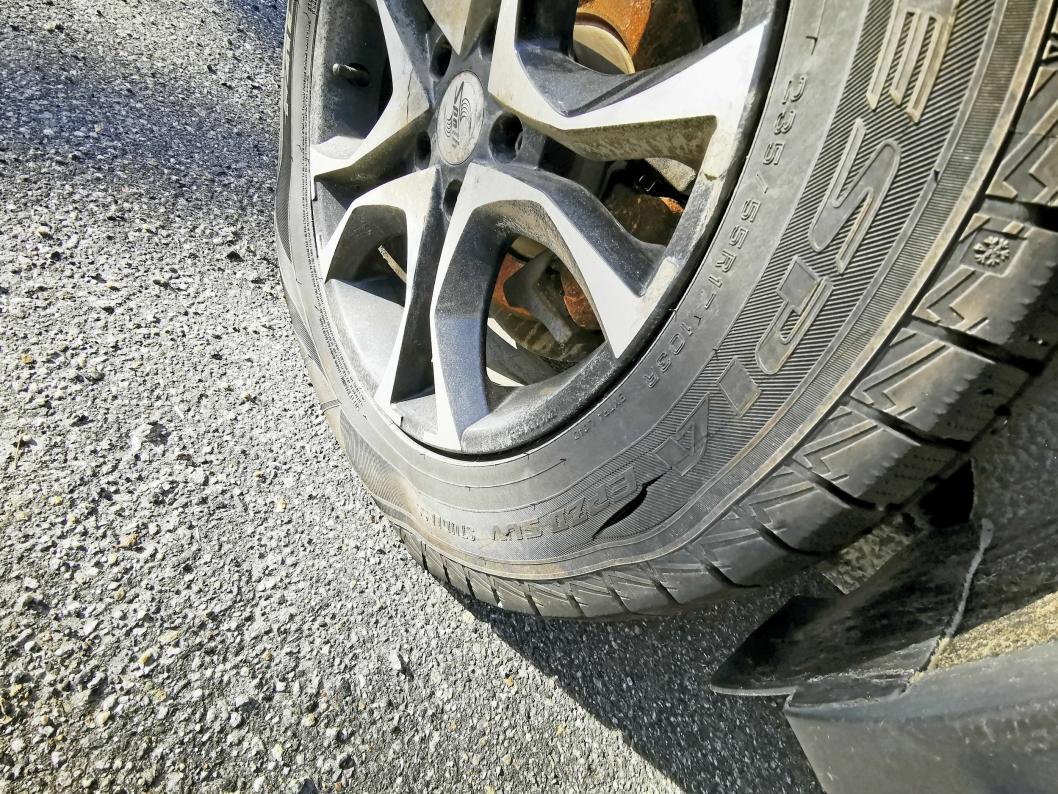 TYDELIG MERKE: Det er tydelig at en skarp gjenstand er benyttet for å skjære hull i dekkene på bilene til trafikkskolen.