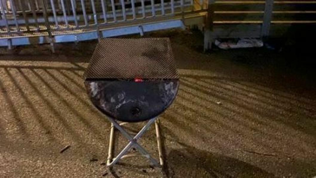 BRANNFARLIG: En tønnegrill med fortsatt ildende rødt grillkull stod uten tilsyn kun et par meter unna den midlertidige paviljongen til Greverud barneskole. Bildet ble tatt klokken 19:45 onsdag kveld.