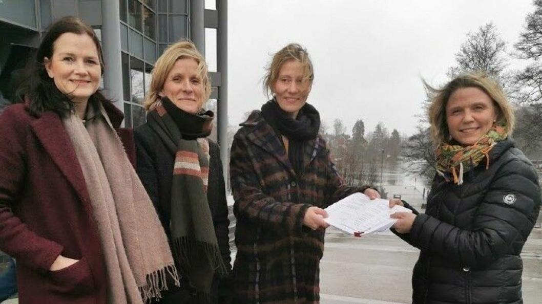SAMLET INN 650 UNDERSKRIFTER: Siri Wålberg, Kjersti Horgen-Rihel og Tonje Raknes overleverte 650 underskrifter til utvalgsleder Camilla Hille (V) fredag 20. februar.