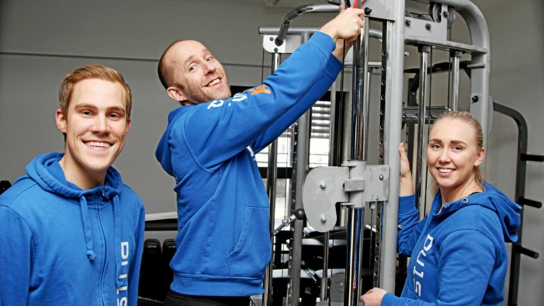DRAR TIL: Lars Kalland fester de siste skruene, mens John-Philip Steenberg og Anette Jørgensen sjekker at alt er på plass. Lørdag åpner Puls treningssenter på Greverud.