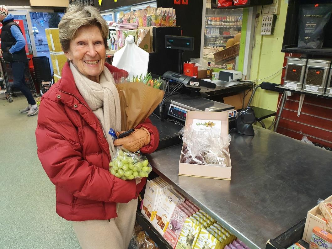 FORNØYD KUNDE: Grethe Klaveness (75) fra Kolbotn sier hun er en fast kunde og setter stor pris på kortreiste og sukkerfrie varer.