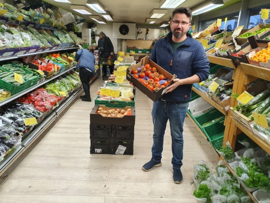 STOLT AV UTVALGET: – Du finner ikke et større utvalg av frukt og grønt lokalt, sier daglig leder i NOR Frukt AS, Cihad Ugur.