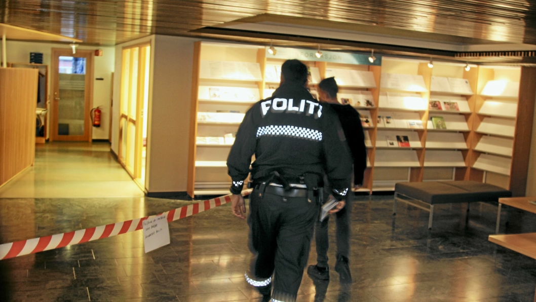 GJORDE UNDERSØKELSER: Mandag morgen kom politiet til rådhuset for å gjøre undersøkelser etter innbruddet i helgen.