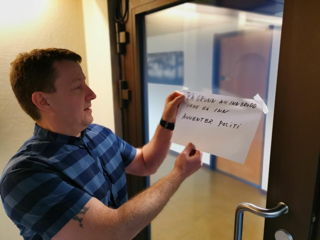 TILBAKE TIL JOBB: Virksomhetsleder Hogne Haug fjernet meldingen på døren inn til tredje etasje etter at politiet var ferdig med arbeidet sitt på stedet.