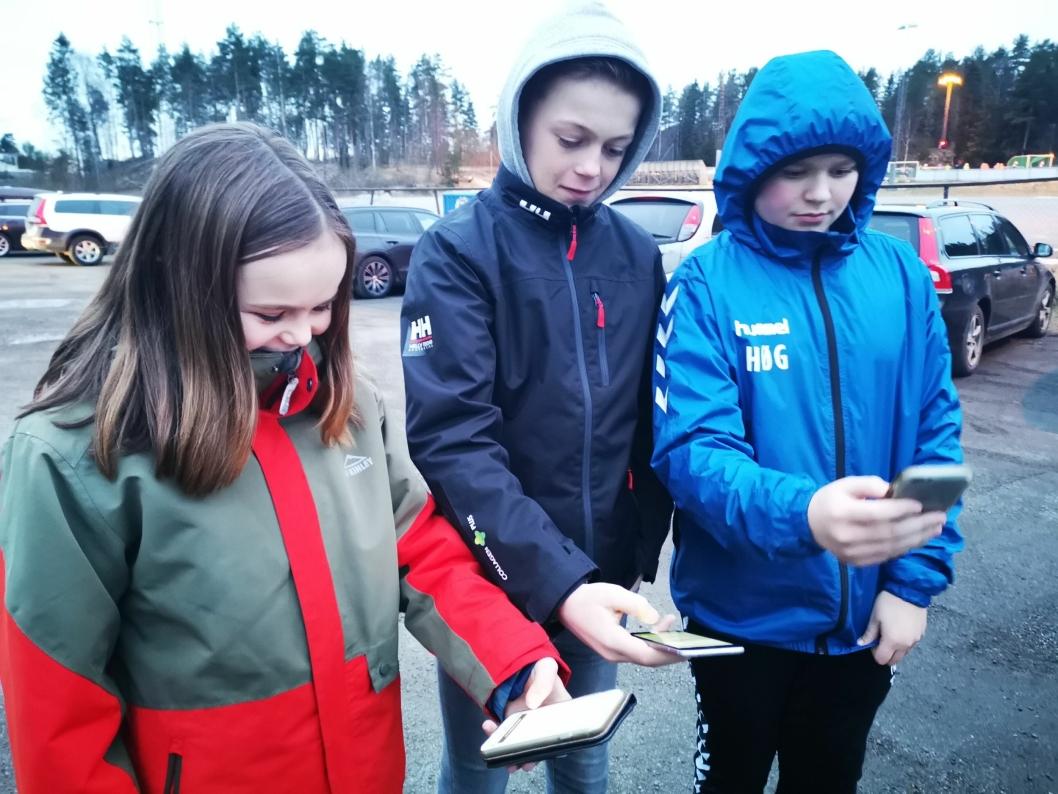ORDNER OPP: Ebba Isabella, William og Theodor fikser selv skyss i appen.