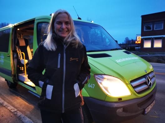FLERE PASSASJERER: Sjåfør Marianne Gamst ønsker flere passasjerer og mer miljøvennlig kjøring.
