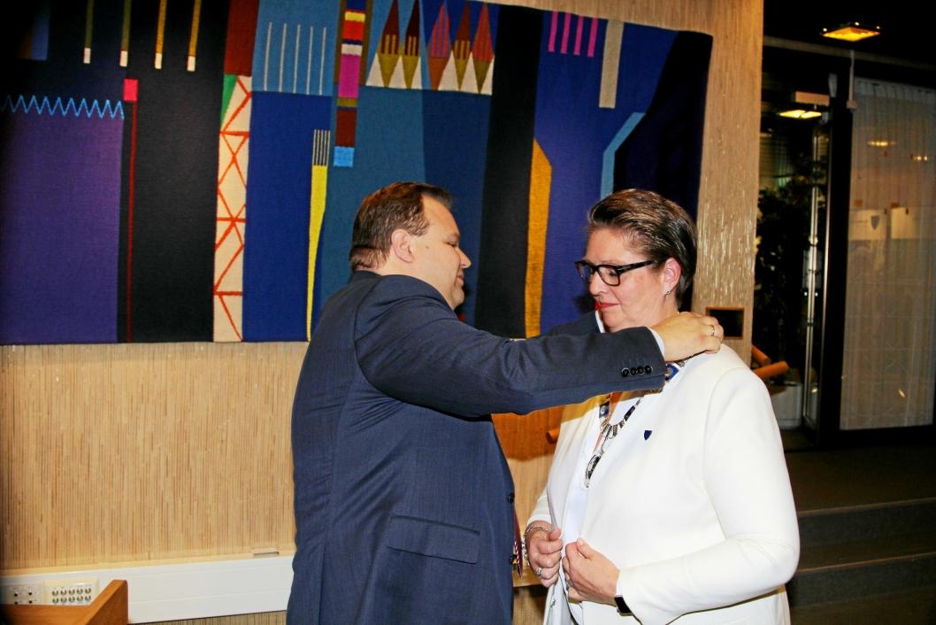 OVERREKKELSEN: Tidligere Oppegård-ordfører Thomas Sjøvold (H) hengte ordførerkjedet rundt halsen til Hanne Opdan (Ap) på det konstituerende kommunestyremøtet 18. oktober i fjor.